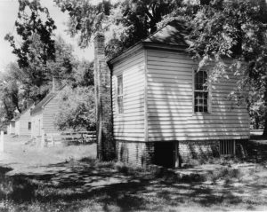 Residence and cabin at the Tuckahoe Plantation, photographed by Frances Benjamin Johnston
